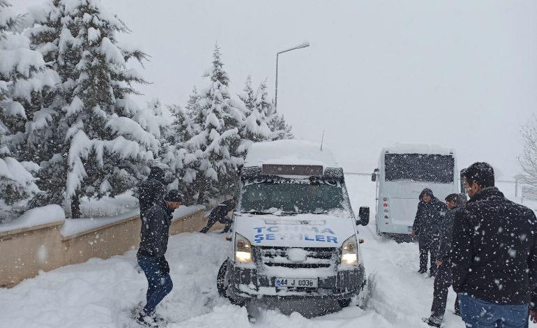Yoğun Kar Yağışı Yolları trafiğe kapadı